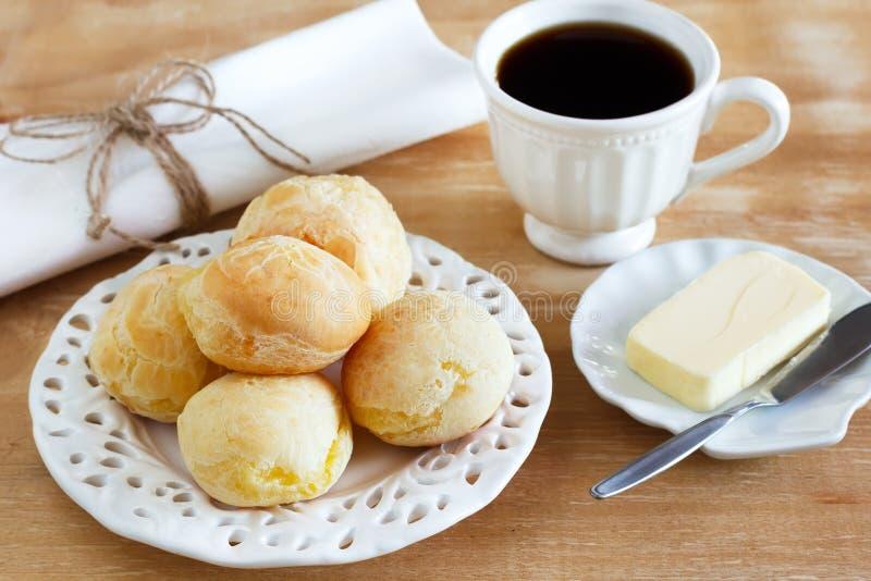 Braziliaanse snack pao DE queijo (kaasbrood) witte plaatboter royalty-vrije stock fotografie
