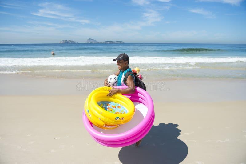 Braziliaanse Strandverkoper met Speelgoed Rio royalty-vrije stock foto