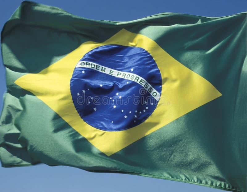 Braziliaanse vlag in de wind stock fotografie