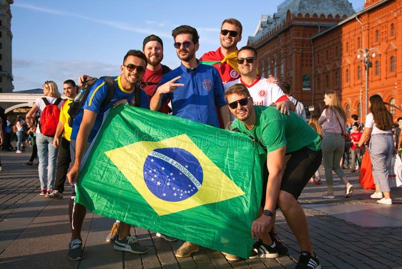 Braziliaanse voetbalventilators met de vlag van Brazilië op het rode Vierkant in Moskou Voetbalwereldbeker stock foto