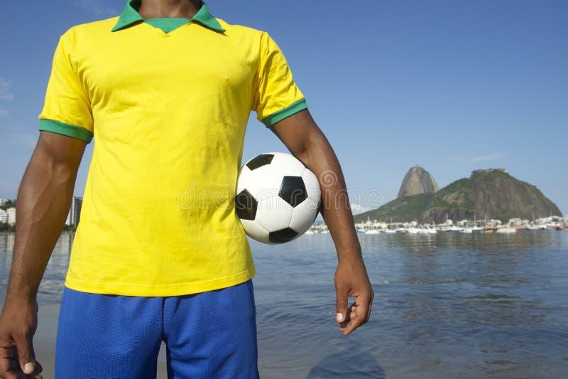 Braziliaanse Voetbalvoetbalster die de Kleuren Rio dragen van Brazilië stock afbeelding