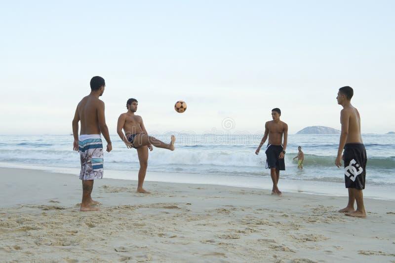 Brazilianen die de Voetbal van het het Strandvoetbal van Altinho Keepy Uppy Futebol spelen stock foto's