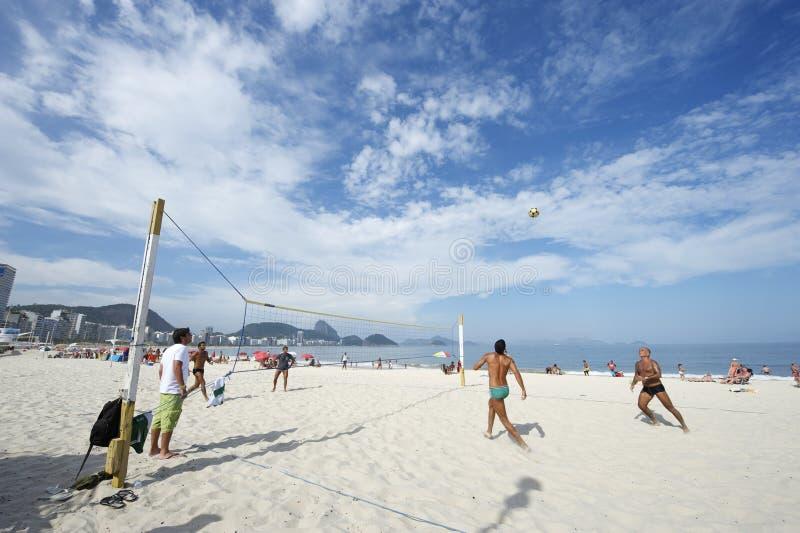 Brazilianen die Strandvolleyball Rio de Janeiro Brazil Sunset spelen stock foto's