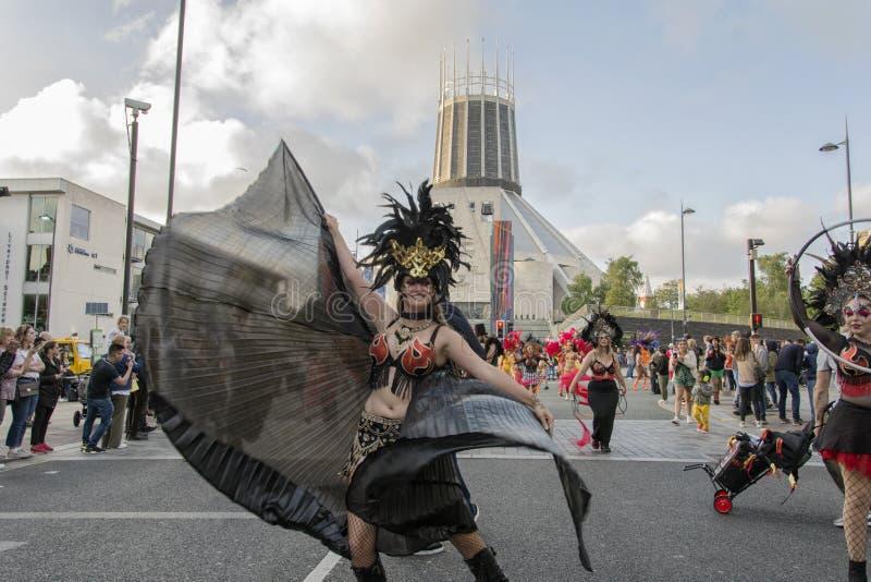 Brazilica festiwal Utrzymuje chodzenie - samba w mie?cie Liverpool - obrazy royalty free
