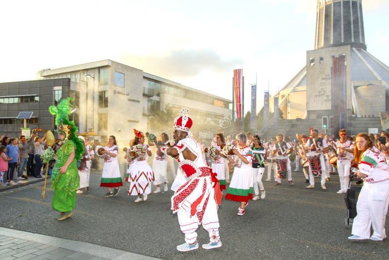 Brazilica festiwal Utrzymuje chodzenie - samba w mie?cie Liverpool - obraz stock