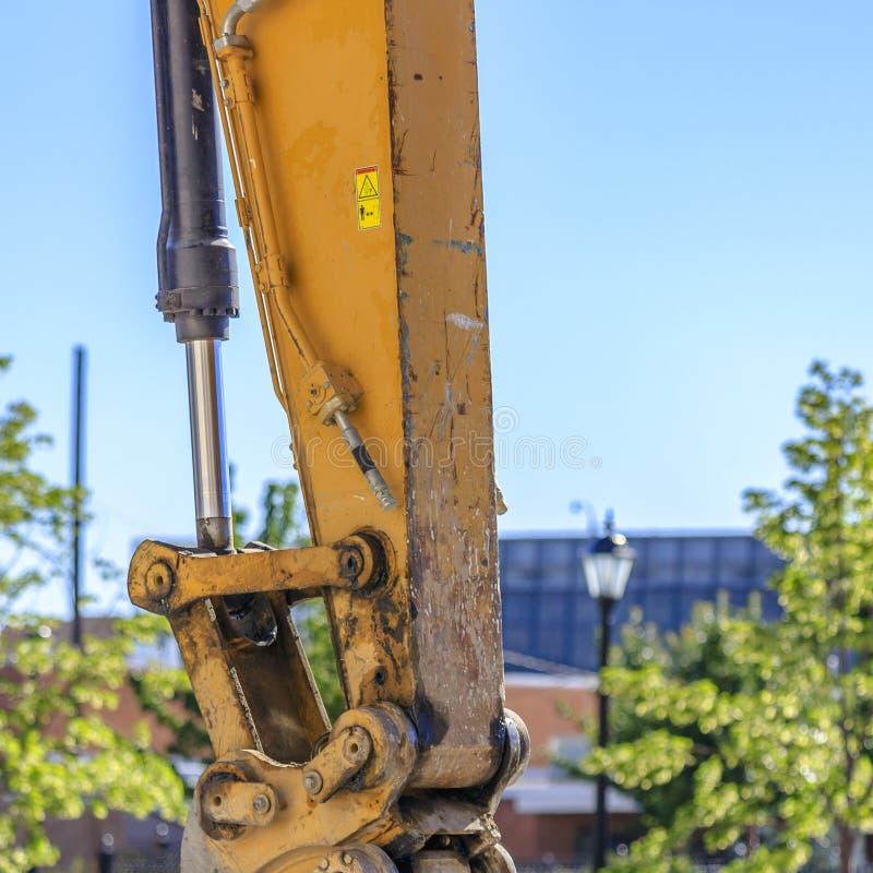 Brazo amarillo asqueroso de un vehículo de la construcción fotografía de archivo libre de regalías