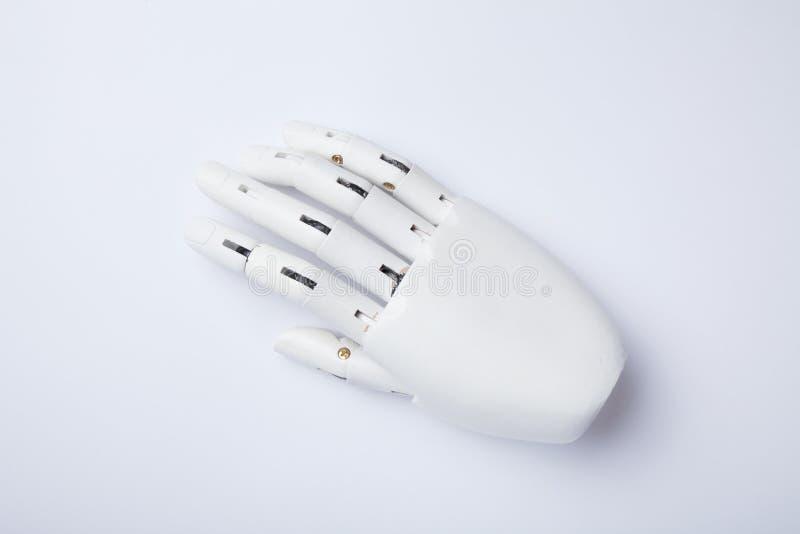 Brazo automatizado del robot en el fondo blanco