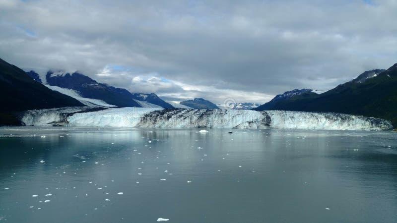 Brazo de Alaska Harvard del fiordo de la universidad del glaciar de Harvard con los picos de montaña nevados y Océano Pacífico tr foto de archivo