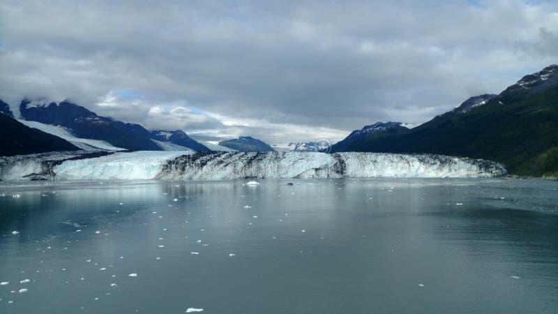 Brazo de Alaska Harvard del fiordo de la universidad del glaciar de Harvard con los picos de montaña nevados y Océano Pacífico tr fotos de archivo