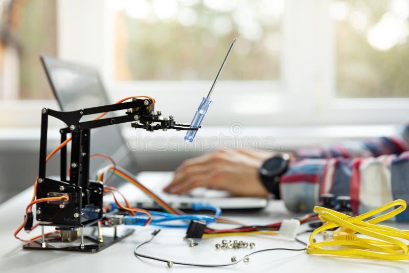 brazo del robot de programación del ingeniero de la robótica foto de archivo libre de regalías