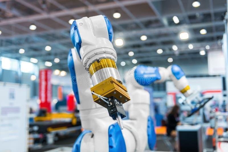 Brazo del robot en una fábrica fotos de archivo