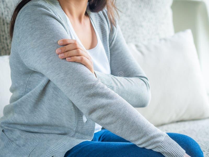 Brazo femenino del ` s del primer Dolor y lesión del brazo Atención sanitaria y médico imagenes de archivo