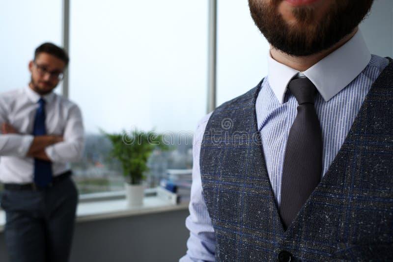 Brazo masculino en primer determinado del lazo del traje azul foto de archivo libre de regalías