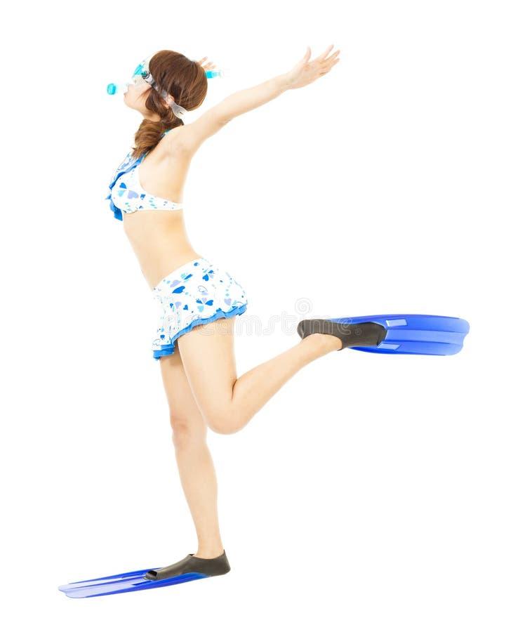 Brazos abiertos de la muchacha joven del bikini con el equipo del buceo con escafandra foto de archivo libre de regalías