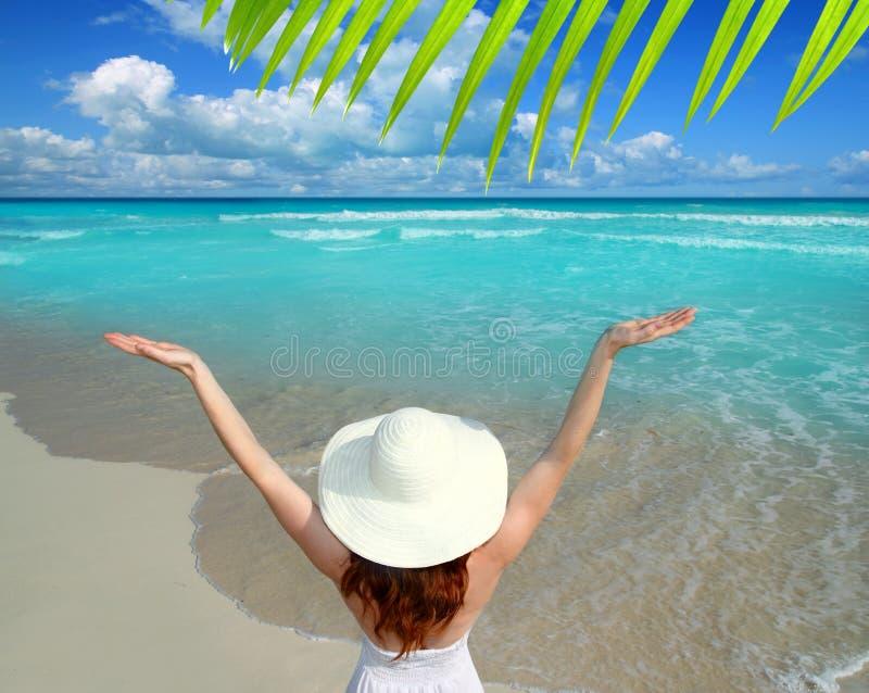 Brazos abiertos de la playa de la mujer del sombrero del Caribe de la opinión trasera imagen de archivo