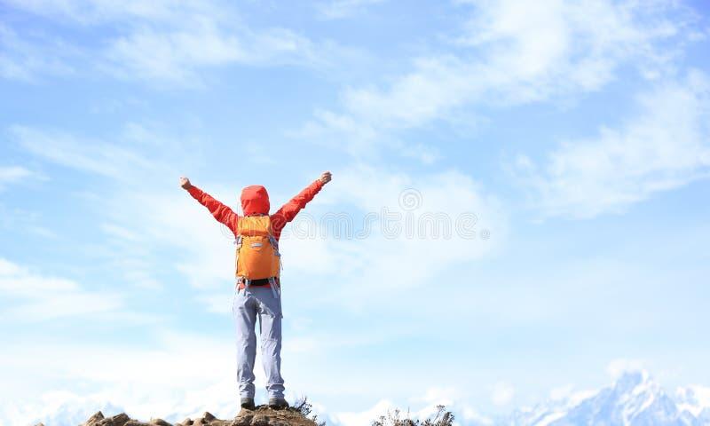 Download Brazos Abiertos Del Caminante De La Mujer Joven En El Pico De Montaña Imagen de archivo - Imagen de brazos, nubes: 64203423