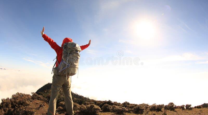 Download Brazos Abiertos Del Caminante Del Backpacker De La Mujer En El Pico De Montaña Hermoso Foto de archivo - Imagen de país, china: 64210858
