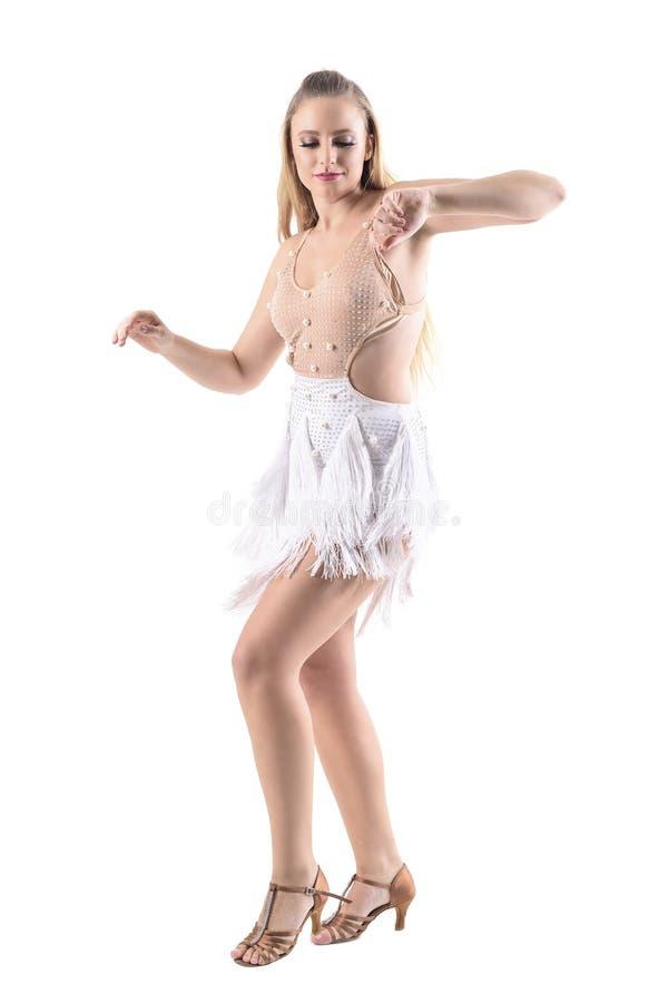 Brazos móviles del bailarín experto de sexo femenino del Latino que sonríen y que miran abajo fotos de archivo
