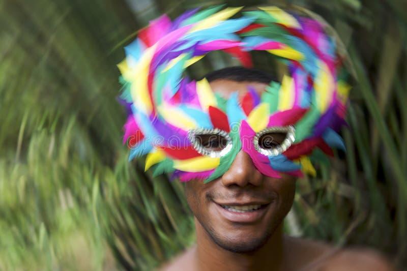 Brazylia Carnaval Uśmiechnięty Brazylijski mężczyzna w Kolorowej masce zdjęcia royalty free