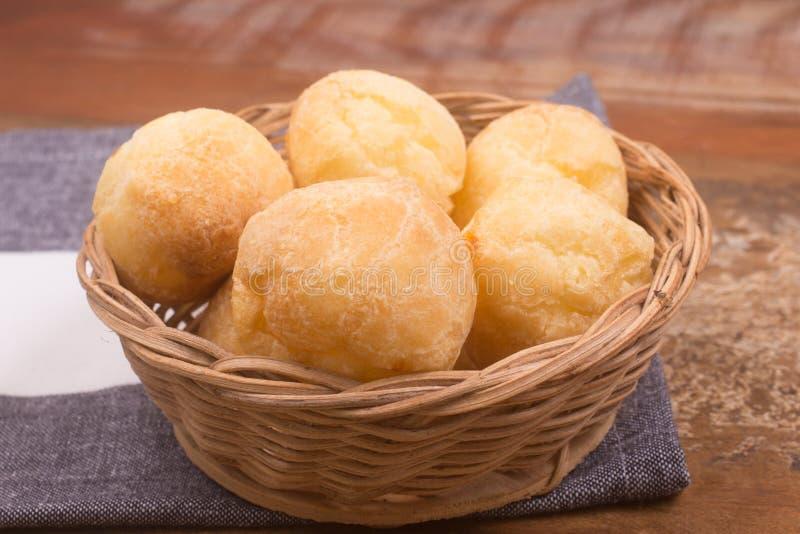 Brazylijczyka Minas Serowy chleb w koszykowym pucharze zdjęcie stock