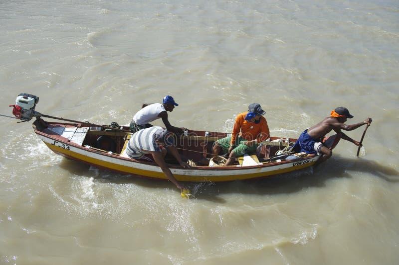 Brazylijscy rybacy w Tradycyjnej łodzi rybackiej obraz royalty free
