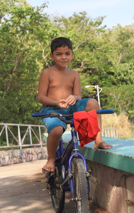 Brazylijska chłopiec na rowerze obrazy stock