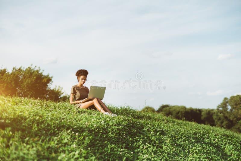 Brazylijska dziewczyna na haliźnie z książką fotografia royalty free