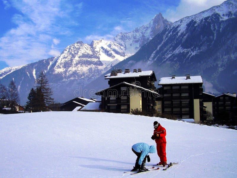 Brazylijska kobieta przygotowywa dla pierwszy czasu na nartach tutaj zdjęcie royalty free