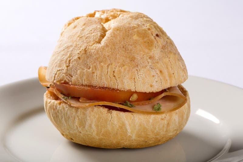 Brazylijska przekąska Pao De Queijo na bielu talerzu z (serowy chleb) zdjęcie stock