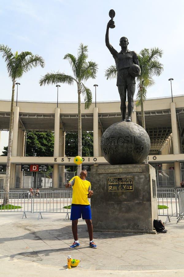 Brazylijski faceta przedstawienie jego futbolowa umiejętność przed Maracana Stadi zdjęcie stock