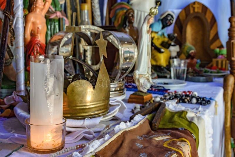 Brazylijski religijny ołtarz miesza elementy umbanda, candomblé i catholicism, obrazy stock