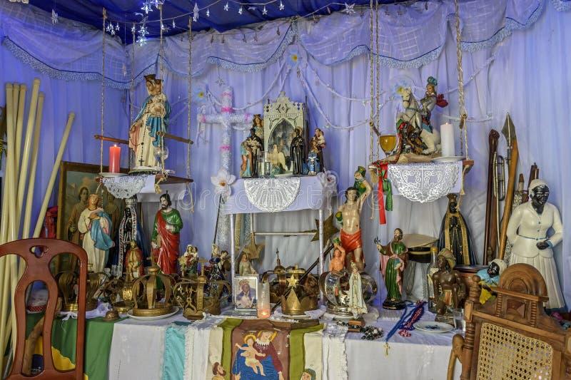 Brazylijski religijny ołtarz miesza elementy umbanda, candomblé i catholicism, obraz stock