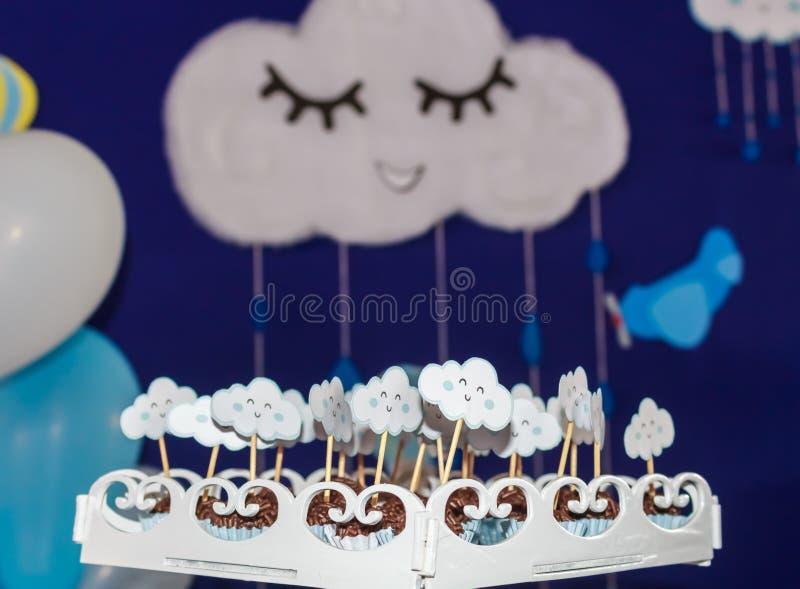 Brazylijski słodki brigadeiro Tło dla przyjęcia urodzinowego, z samolotami, balonami i chmurami, ono uśmiecha się w pięknym niebi zdjęcia stock