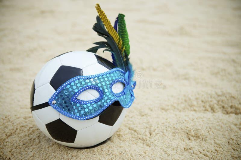 Brazylijskiej kultury piłki nożnej Futbolowa piłka Jest ubranym karnawał maski plażę zdjęcia stock