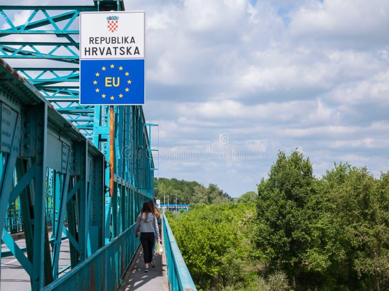 BRCKO, БОСНИЯ И ГЕРЦЕГОВИНА - 6-ОЕ МАЯ 2017: Люди входя в EC пересекая границу между Боснией и Хорватией в Brcko стоковое изображение rf