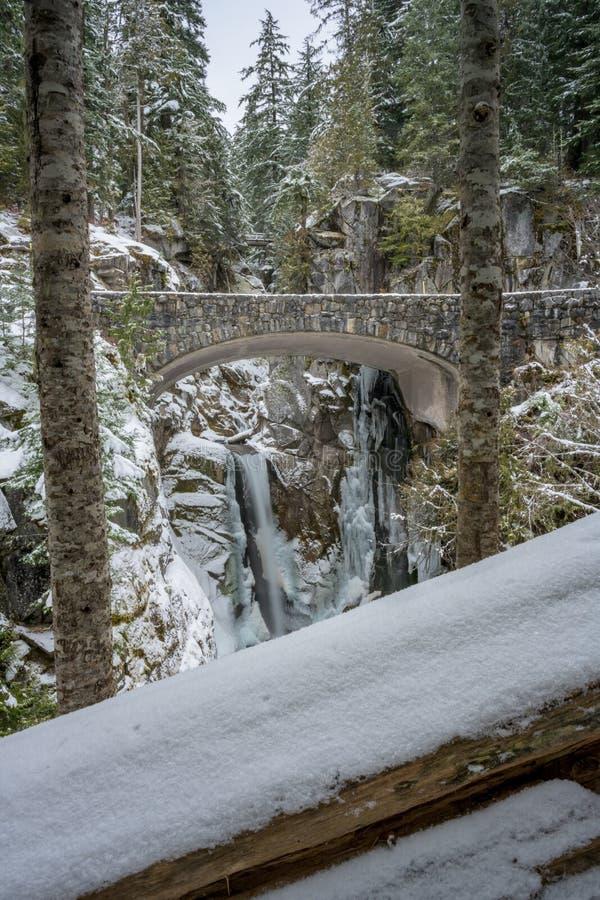 Brdige aux arbres de Christine Falls Framed By Snowy photo libre de droits