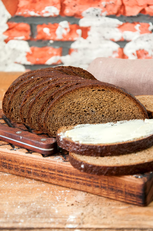 Bre d'artisan de seigle fait maison fraîchement cuit au four de levain et de farine blanche photos libres de droits
