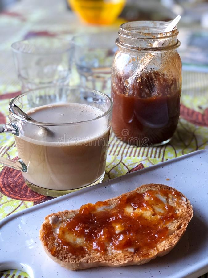 Breackfast italien typique avec le cappuccino et le pain avec du beurre et la confiture images stock