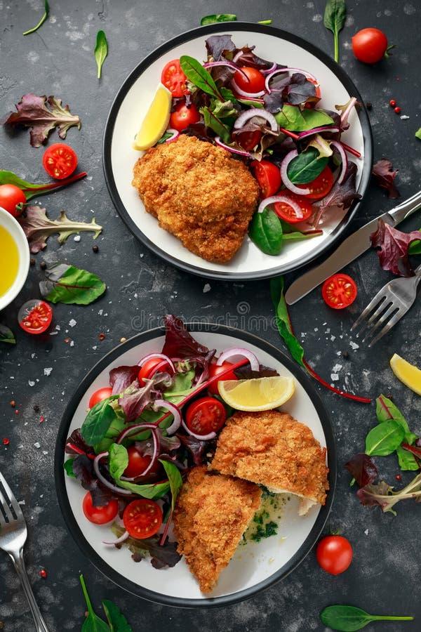 Breaded kurczaka Kijów pierś faszerująca z masłem, czosnkiem i ziele, słuzyć z warzywami w talerzu obrazy stock