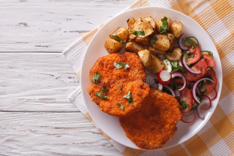 Breaded niemiec Weiner schnitzel z grulami horyzontalny wierzchołek vi zdjęcie stock