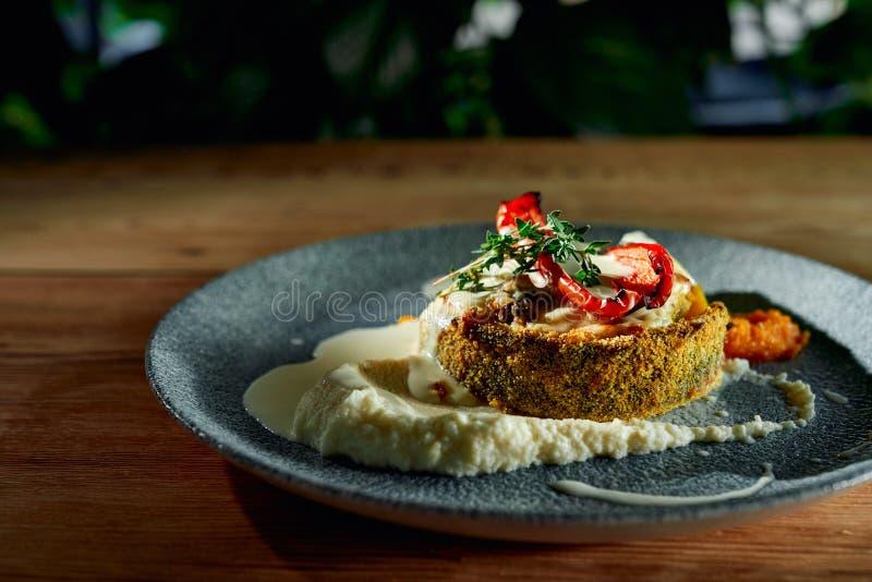 Breaded ryba słuzyć z smakowitym puree i piec na grillu warzywa obraz royalty free
