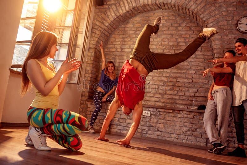 Break dance d'artiste de rue effectuant des mouvements photo stock