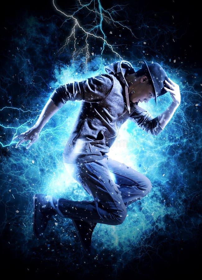 Break dance del hombre en fondo de la luz de la electricidad fotografía de archivo libre de regalías