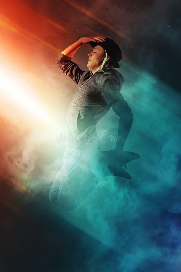 Break dance del hombre en fondo del humo imagen de archivo libre de regalías