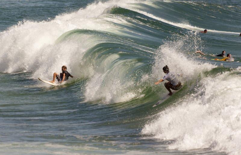 Competencia que practica surf imágenes de archivo libres de regalías