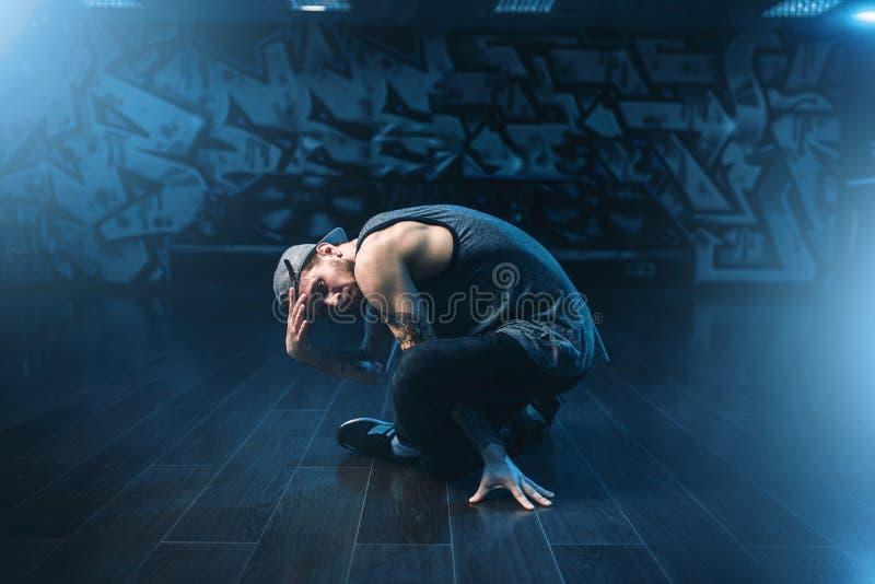 Breakdance-Ausführender, der im Tanzstudio aufwirft stockbilder
