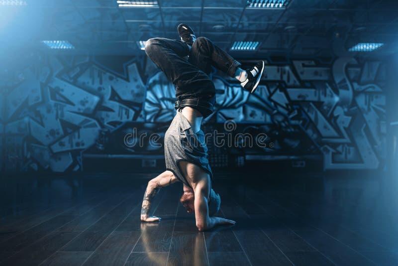 Breakdance-Bewegungen, Ausführender im Tanzstudio lizenzfreies stockbild