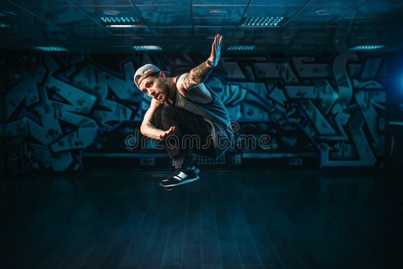 Breakdance-Bewegungen, Ausführender im Tanzstudio lizenzfreies stockfoto