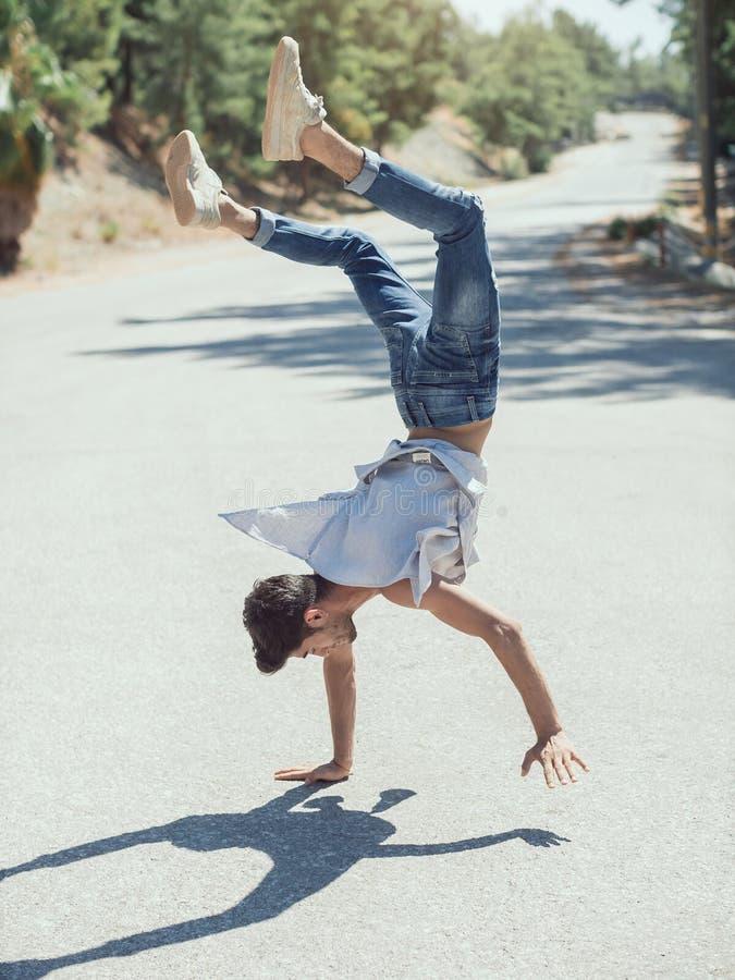 Breakdance des jungen Mannes auf der Straße stockfotografie