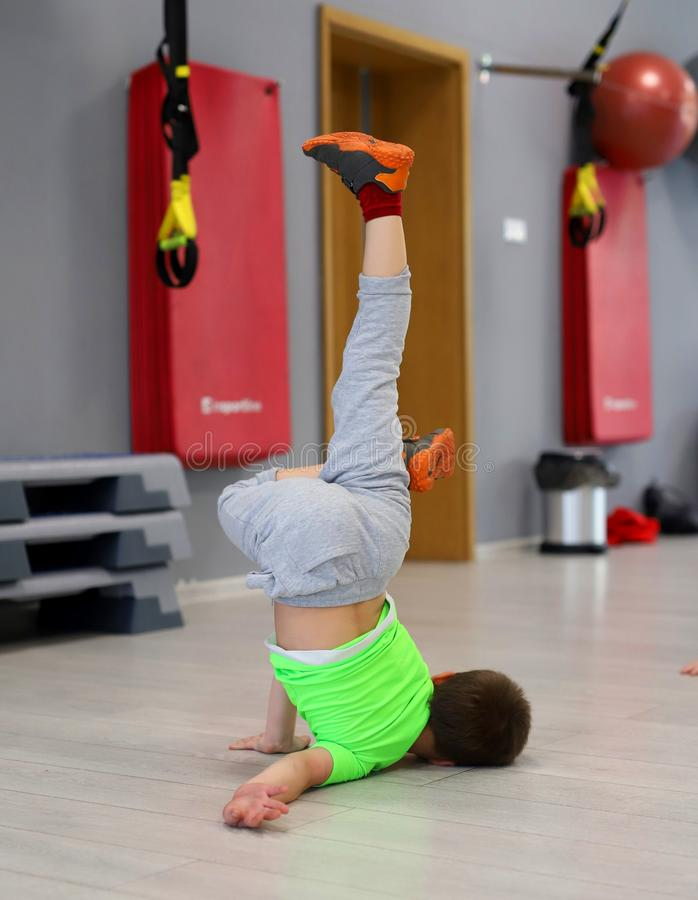Breakdance opleiding voor kinderen royalty-vrije stock foto